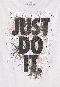 Nike Sportswear - WILD RUN - T-shirts med print - white - 2