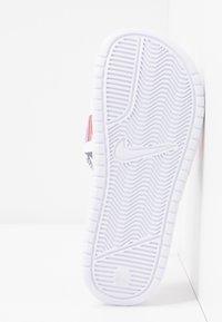 Nike Sportswear - BENASSI JDI PRINT - Matalakantaiset pistokkaat - white/black/lotus pink/team orange - 6