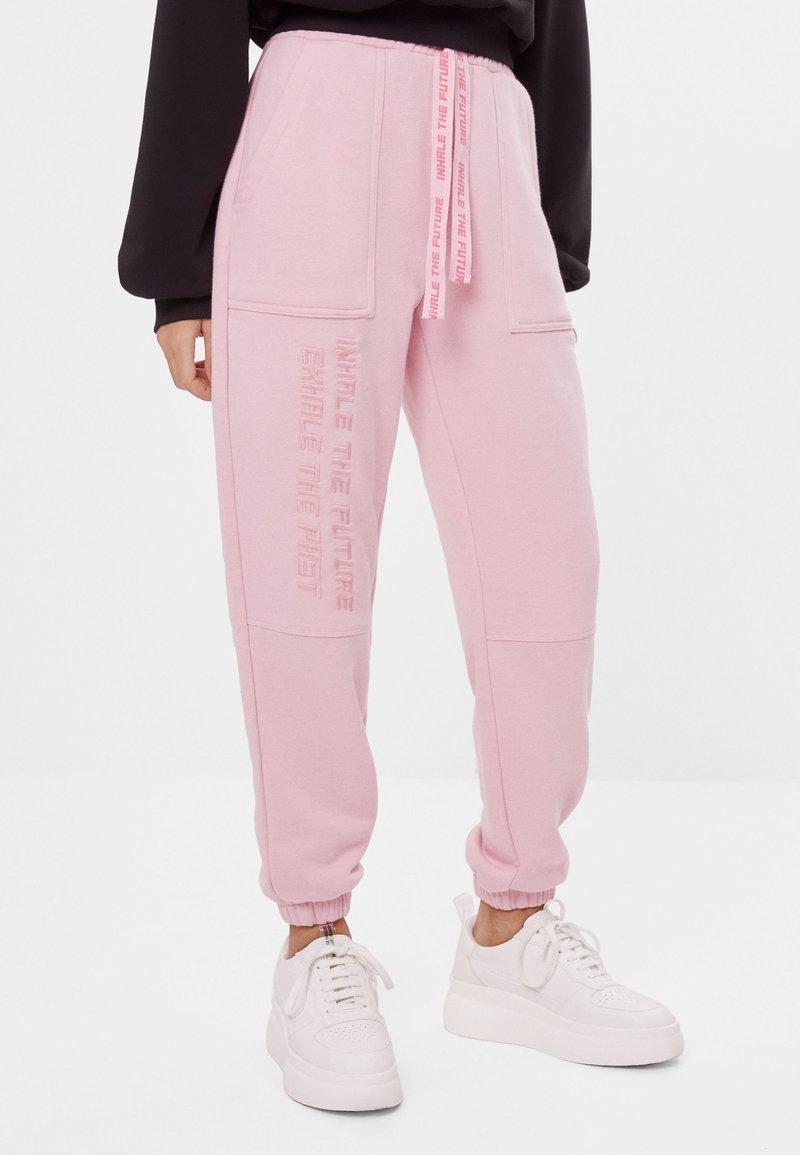 Bershka - MIT STICKEREI - Jogginghose - pink