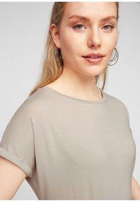 Q/S designed by - Basic T-shirt - beige - 3