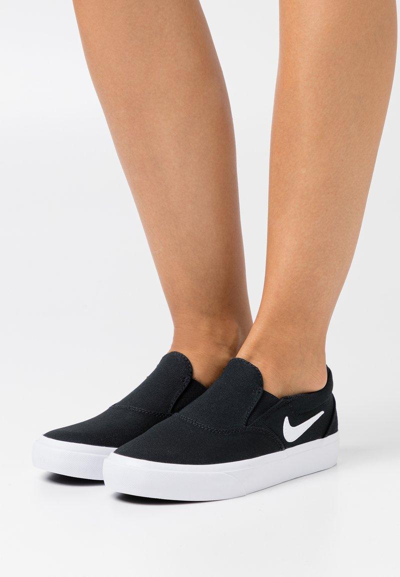 Nike SB - CHARGE - Slip-ons - black/white