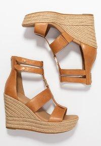 UGG - KOLFAX - Sandalen met hoge hak - almond - 3