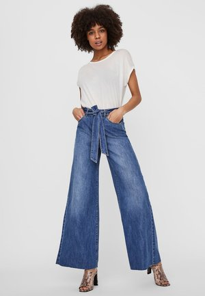 VMANNETT  - Flared Jeans - medium blue denim