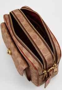Coach - SIGNATURE CASSIE CAMERA BAG - Umhängetasche - tan rust - 3