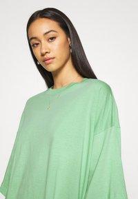 Weekday - HUGE - Basic T-shirt - sage green - 3
