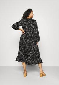 Glamorous Curve - TIERED DRESS - Denní šaty - black tulip - 2