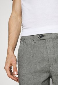 Selected Homme - SLHMILES FLEX - Shorts - black/mixed with egret - 4