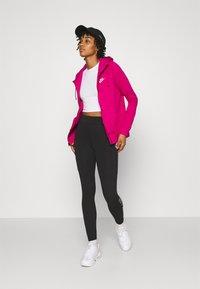 Nike Sportswear - HOODIE - Hettejakke - fireberry/white - 1