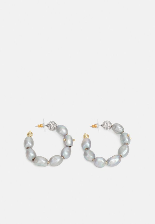 STUDDED BAROQUE HOOP - Pendientes - gold-coloured