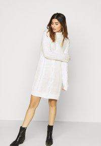 Object Petite - OBJAVA ROLLNECK DRESS - Strikket kjole - gardenia - 3