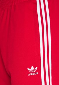adidas Originals - UNISEX - Pantalon de survêtement - scarle/white - 2