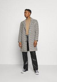 Topman - LEOPARD PRINT - Klasický kabát - grey - 1