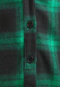 Missguided Petite - BUTTON THROUGH MINI SKIRT - Miniskjørt - green - 2
