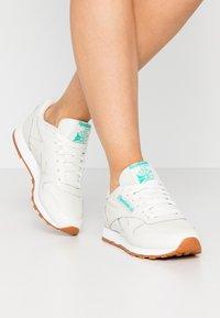 Reebok Classic - CLASSIC - Sneakersy niskie - chalk/green/white - 0