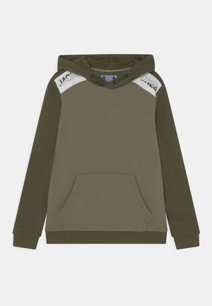 JCOAMIN HOOD JR - Sweater - deep lichen green
