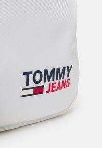 Tommy Jeans - CAMPUS REPORTER UNISEX - Bandolera - white - 3