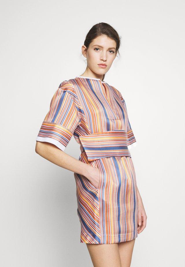 BOXY SHIFT DRESS - Vapaa-ajan mekko - steel blue/ochre/orange/white