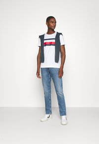 Tommy Hilfiger - STRIPE TEE - T-shirts print - white - 1