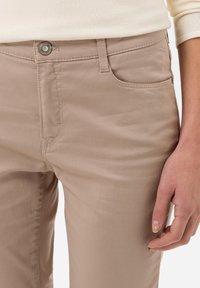 BRAX - STYLE CAROLA - Straight leg jeans - toffee - 3
