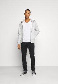 Tommy Jeans - REGULAR ZIP HOOD - Tröja med dragkedja - light grey heather - 1