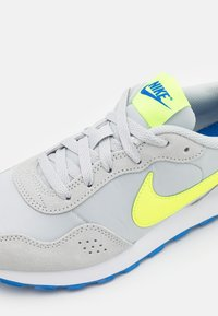 Nike Sportswear - MD VALIANT UNISEX - Trainers - grey fog/volt/game royal/white - 5