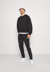 adidas Originals - CREW UNISEX - Sweatshirt - black - 1