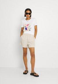 JDY - JDYMAGGIE LIFE PAPER NEW - Shorts - tapioca - 1