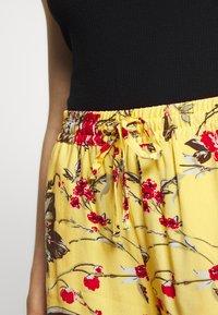 Vero Moda - VMSIMPLY EASY - Shorts - banana cream - 4