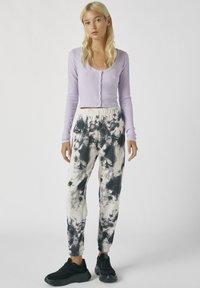 PULL&BEAR - MIT TIE-DYE IM KONTRAST - Spodnie materiałowe - light grey - 1