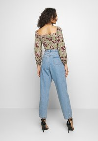Missguided - SLOUCH HIGHWAISTED PLEAT DETAIL - Relaxed fit jeans - lightwash - 2