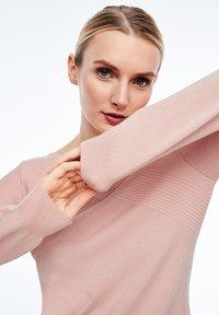 comma - MIT STRUKTURMUSTER - Sweatshirt - light pink - 5