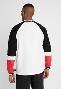 New Era - NBA COLOUR BLOCK LONG SLEEVE TEE CHICAGO BULLS - Artykuły klubowe - optic white/black/front door red - 2