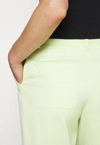 Who What Wear - THE BERMUDA - Shorts - lime - 3