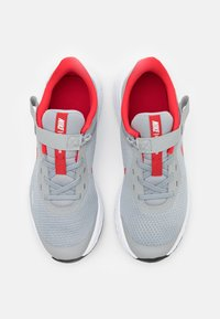 Nike Performance - REVOLUTION 5 FLYEASE - Zapatillas de running neutras - light smoke grey/university red/photon dust - 3