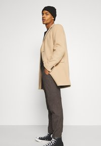 Isaac Dewhirst - CHECKFLAT FRONT TROUSER - Broek - brown - 3