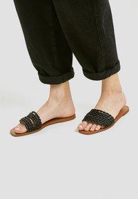 PULL&BEAR - Sandály do bazénu - black - 1