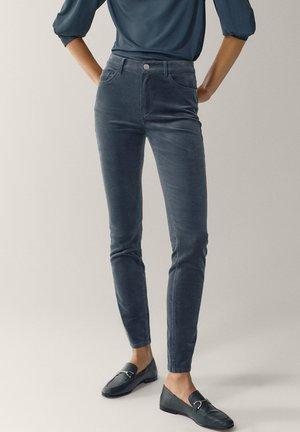 AUS MICROCORD MIT HALBHOHEM BUND - Jeans Skinny Fit - blue