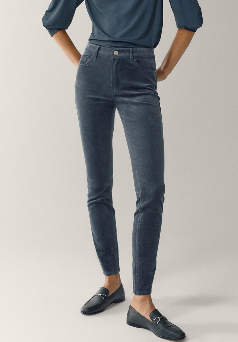 Massimo Dutti - AUS MICROCORD MIT HALBHOHEM BUND - Jeansy Skinny Fit - blue