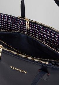 Tommy Hilfiger - ICONIC SATCHEL  - Håndtasker - blue - 4