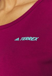 adidas Performance - TERREX ONLYCARRY GRAPHIC - T-shirts print - power berry - 3