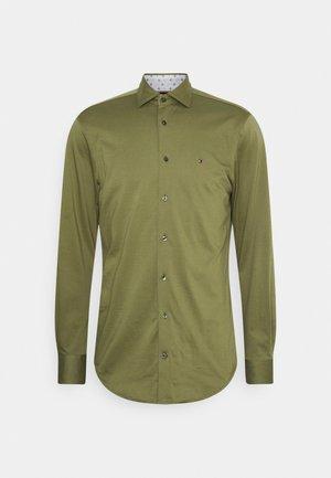 SOLID SLIM SHIRT - Formální košile - putting green