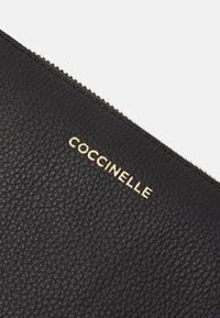 Coccinelle - NEW BEST SOFT  - Clutch - noir - 4