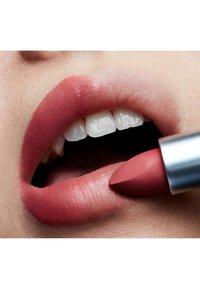 MAC - POWDER KISS LIPSTICK - Rouge à lèvres - a little tamed - 3