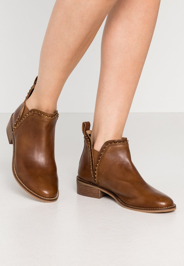 CARTER - Ankle boot - cognac