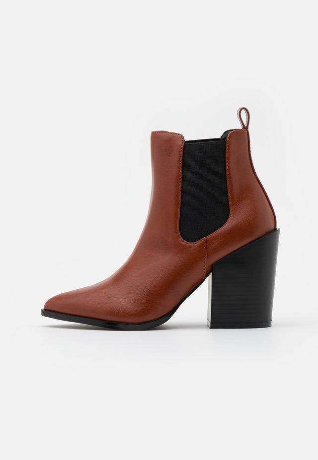 KLEIN - Kotníková obuv na vysokém podpatku - cognac