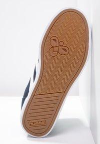 Hummel - SLIMMER STADIL - Sneakers hoog - dress blue/white - 4