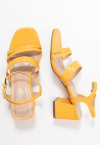 Miss Selfridge Wide Fit - WIDE FIT STORMI BLOCK - Sandaalit nilkkaremmillä - yellow - 3