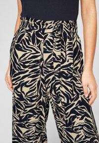 s.Oliver BLACK LABEL - Trousers - light beige aop - 4