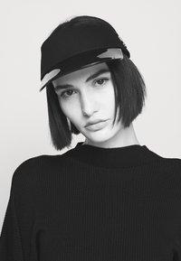 KARL LAGERFELD - IKONIK VISOR - Caps - black/white - 1