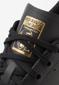 adidas Originals - STAN SMITH - Tenisky - core black/gold metallic - 2